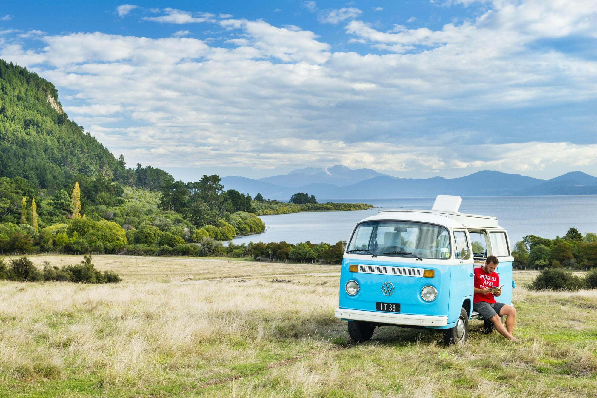 Campervan beside Lake Taupo, North Island, New Zealand © Justin Foulkes / Lonely Planet