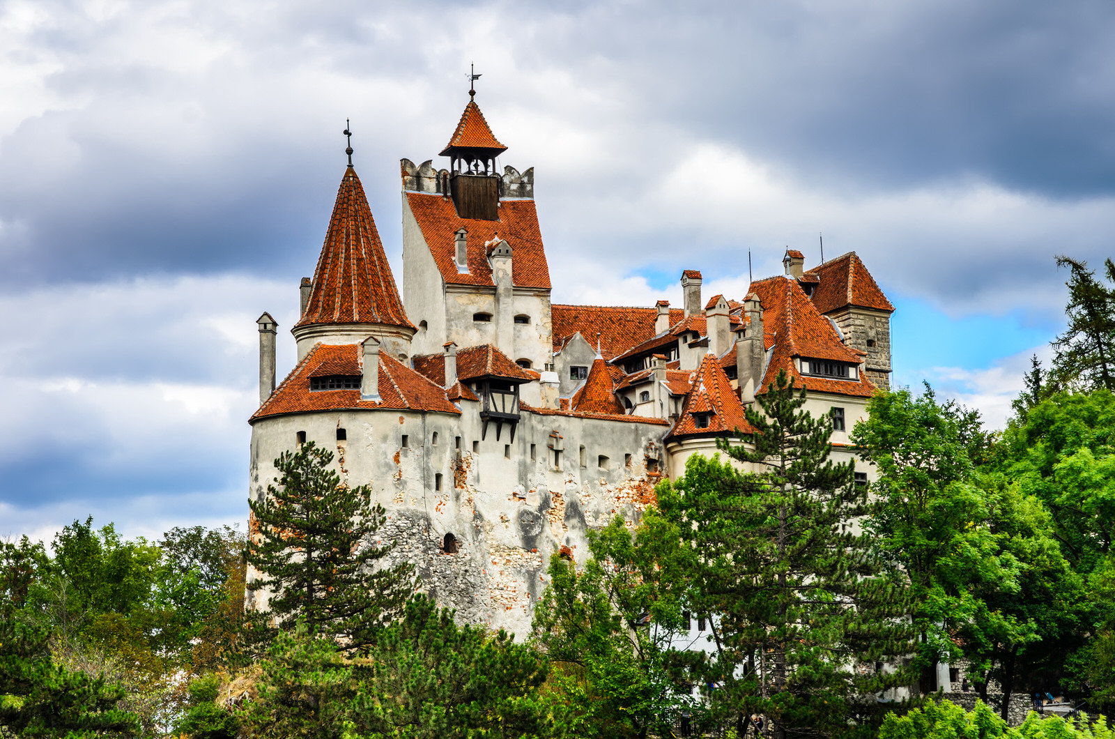 Bran Castle, Brasov, Romania. A medieval fortress associated with Dracula that stands isolated at the border between Wallachia and Transylvania © Emi Cristea / Shutterstock
