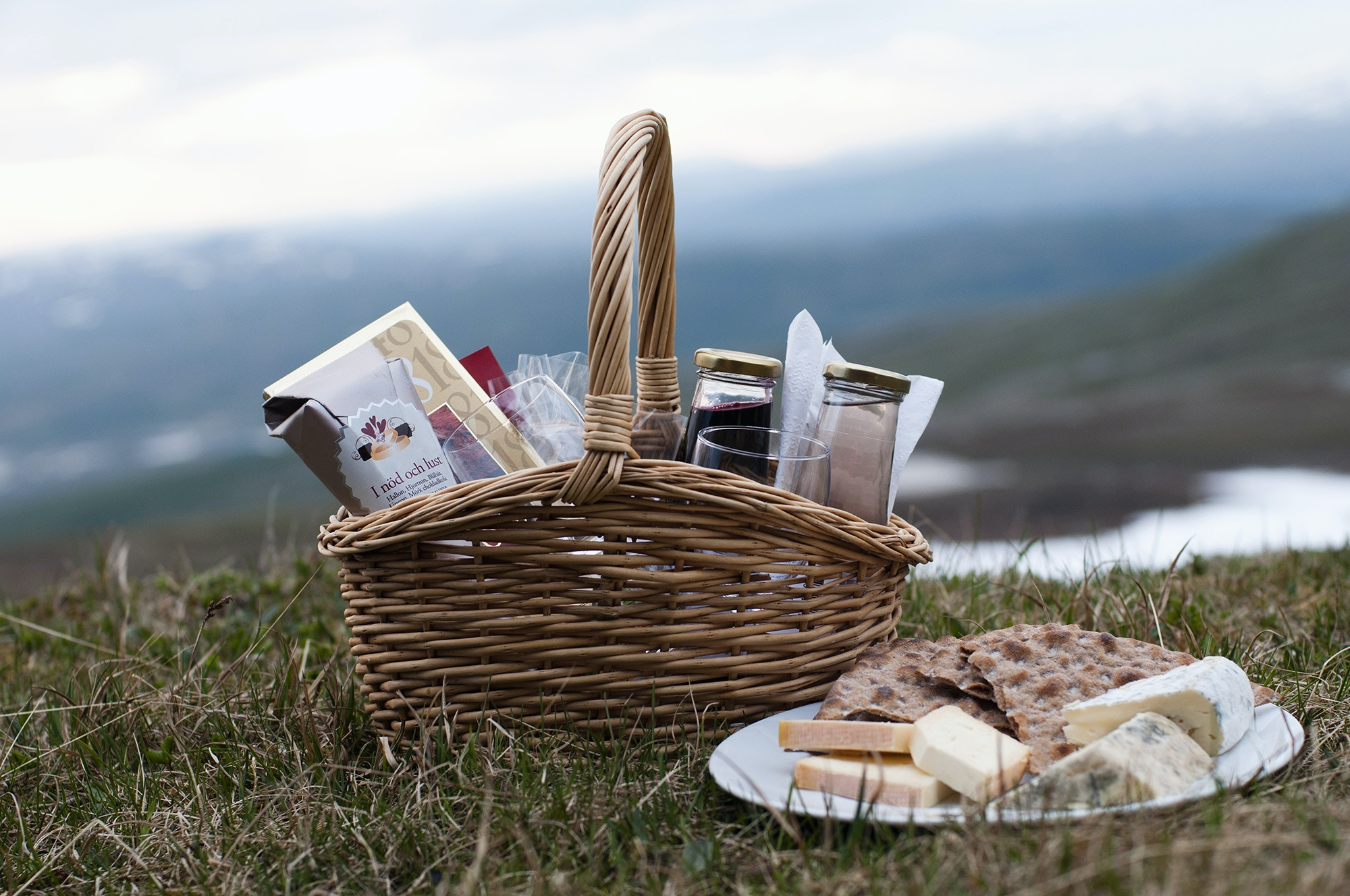 A hamper of food in an outdoor setting © Helena Wahlman / Getty Images