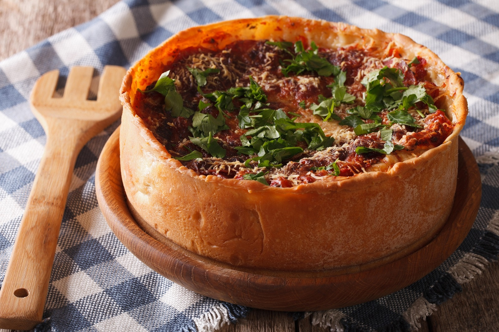 A deep-dish pizza in Chicago © Sergii Koval / Alamy Stock Photo