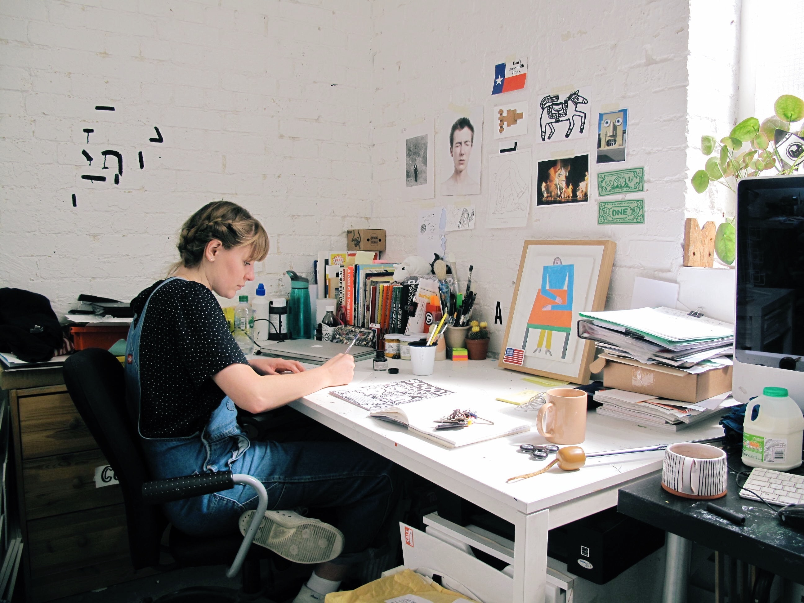 Alice painting with ink in her studio © Alice Bowsher