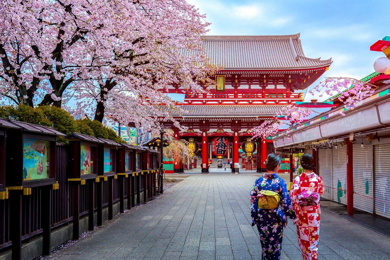 Sensō-ji temple in Asakusa, Tokyo, Japan © Phattana Stock / Shutterstock