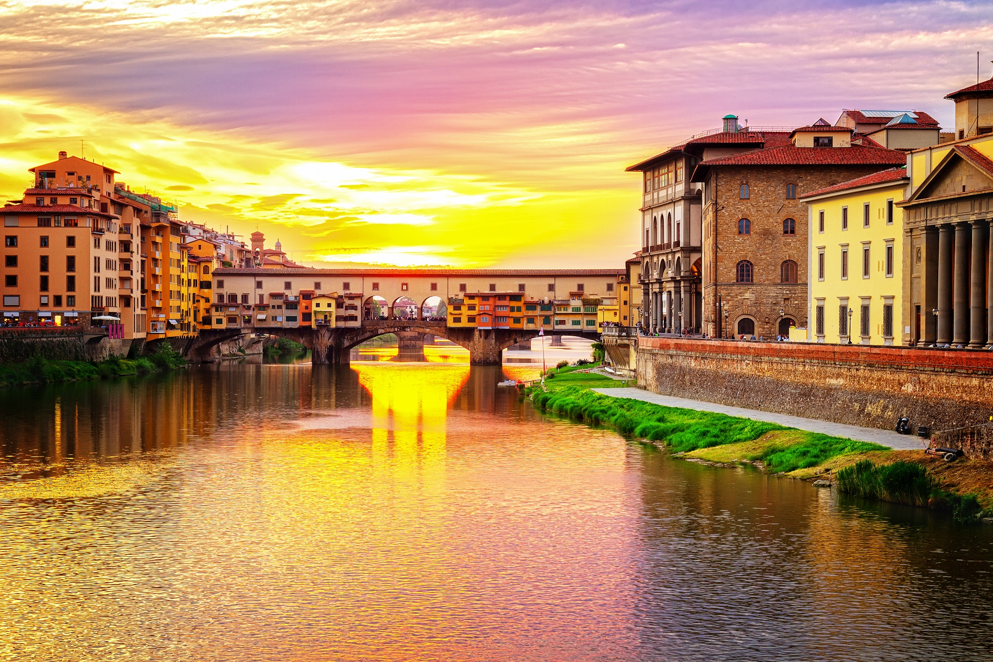 The Ponet Vecchio bridge in Florence, Italy © Food Travel Stockforlife / Shutterstock