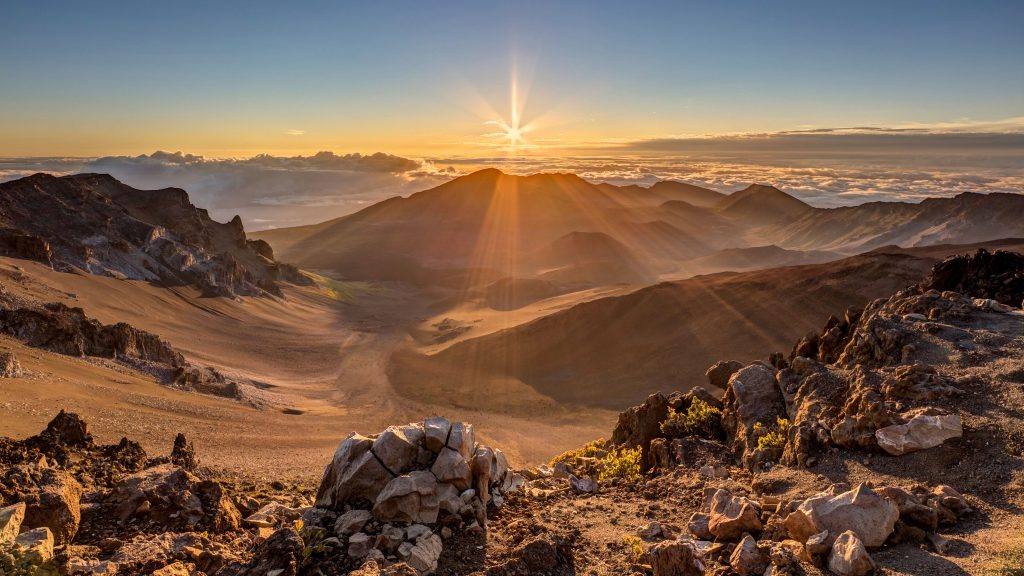 Gunung berapi Halekala saat matahari terbit | Foto: Pierre Lecrecc / Shutterstock