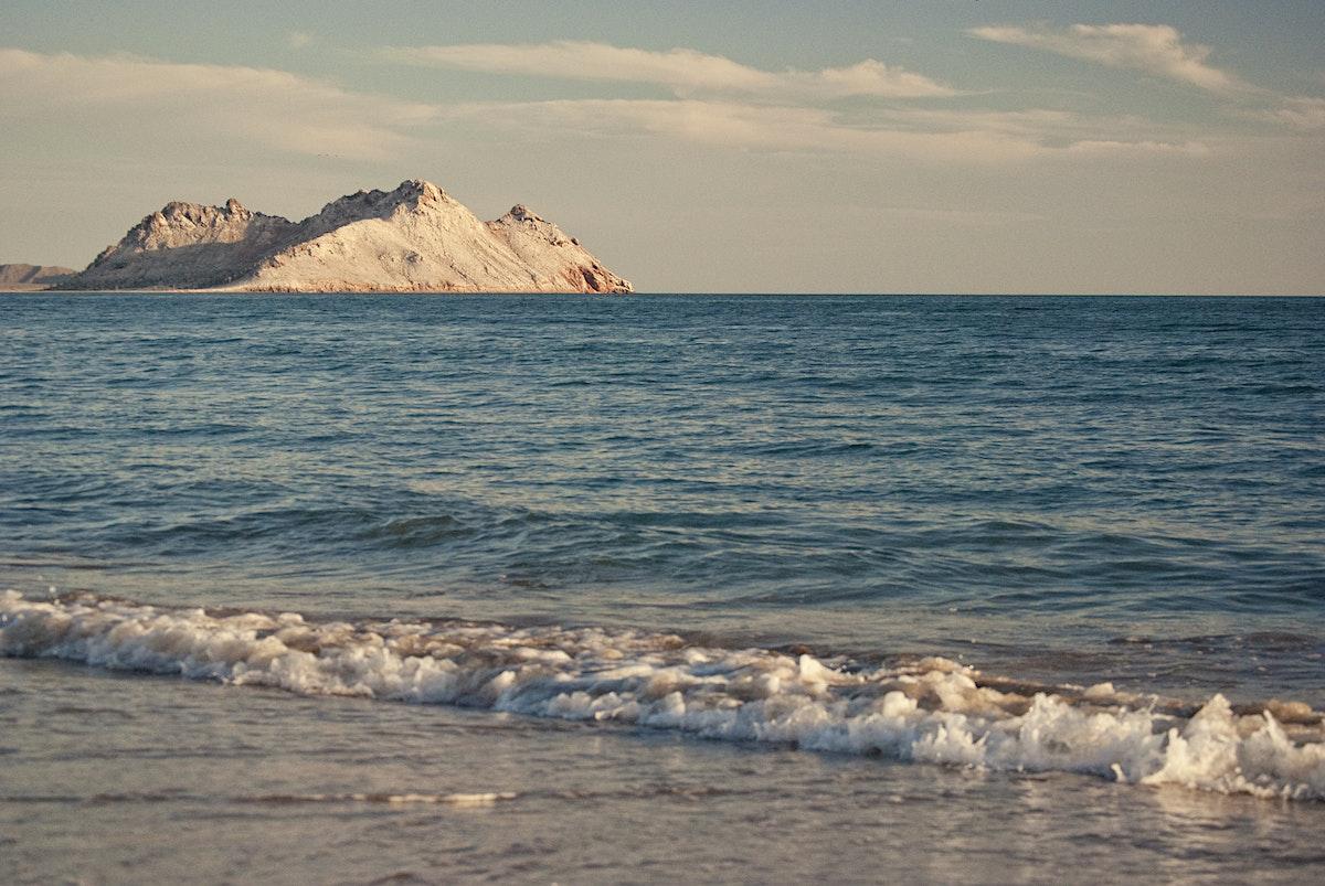 La costa de Bahía de Kino y de fondo la isla Tiburón