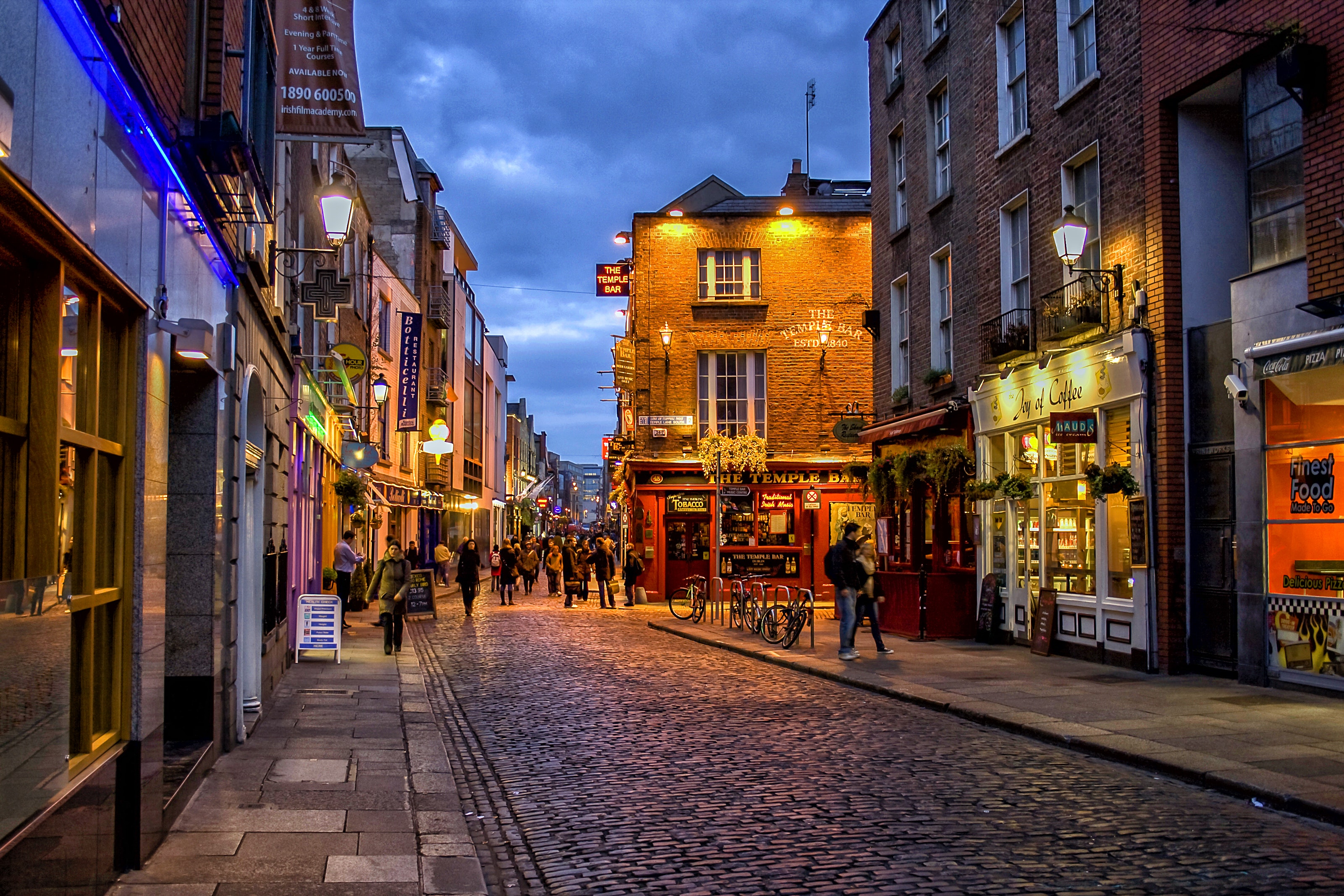 Temple bar district in Dublin at night.
